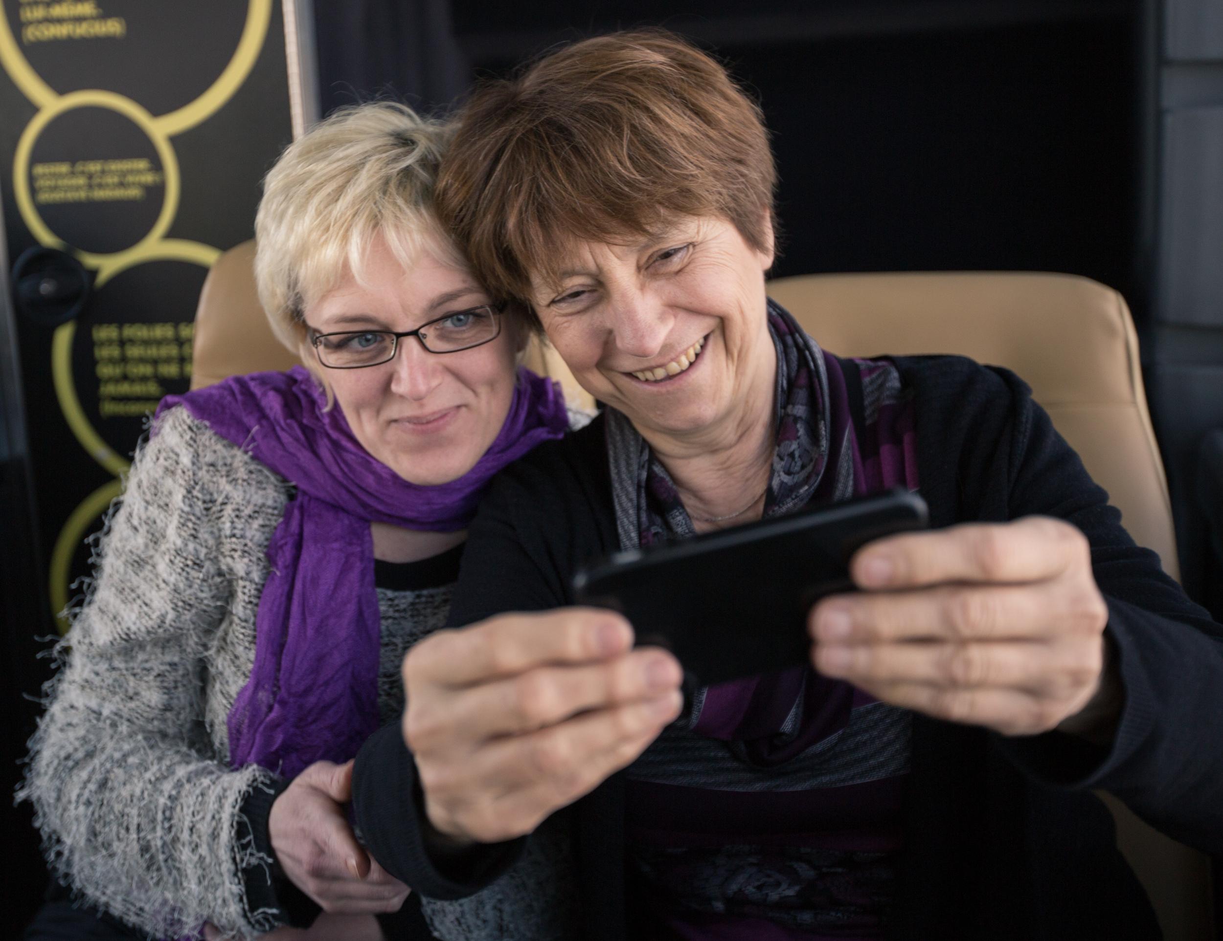 Françoise David, en pleine exécution d'un  selfie , en compagnie de l'une des organisatrices de la tournée, Josée Larouche.