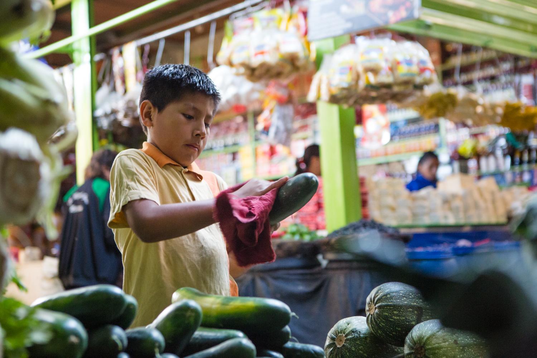 Piero néttoie des légumes