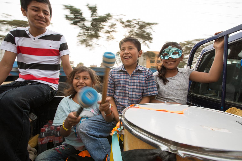Piero et Gisela sont en route vers un défilé pour promouvoir les droits des enfants