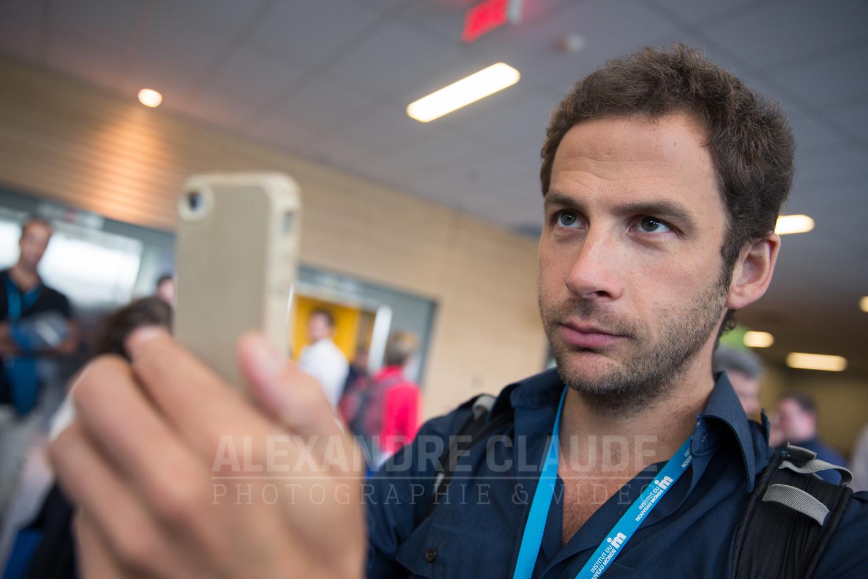 Valérian Mazataud prend une photo avec son cellulaire, dans le cadre de l'atelier média qu'il co-animait tout au long l'École d'Été.