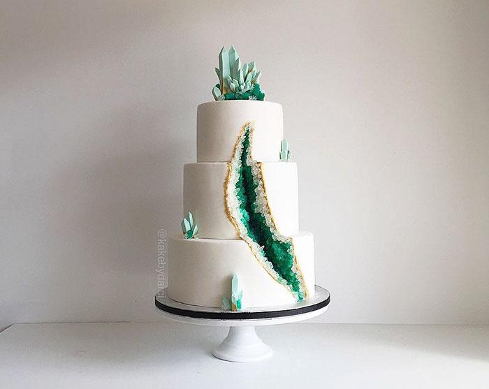 amethyst-geode-wedding-cake-trend-578343e82e0d9__700.jpg