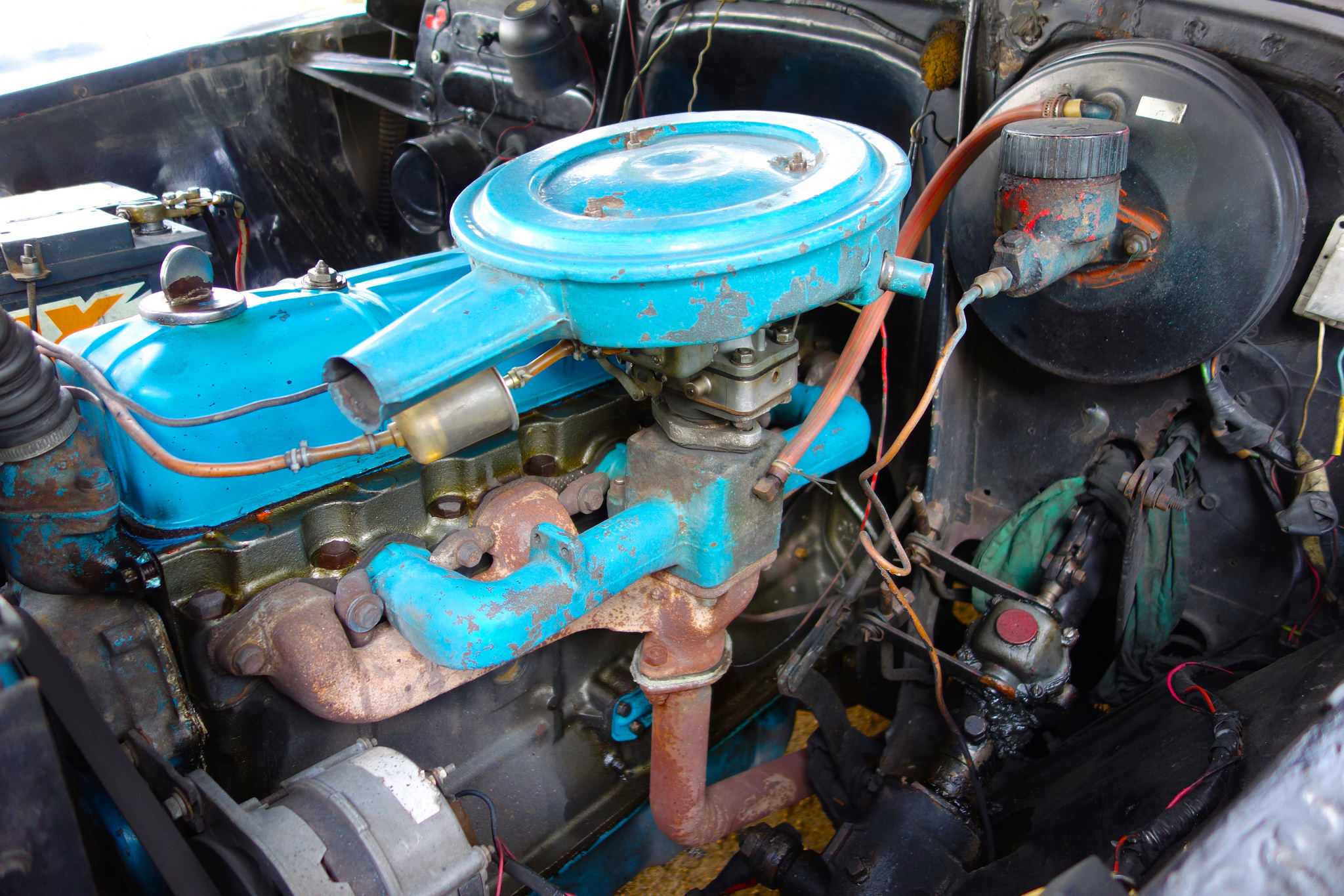 Engine from a taxi car in Habana.