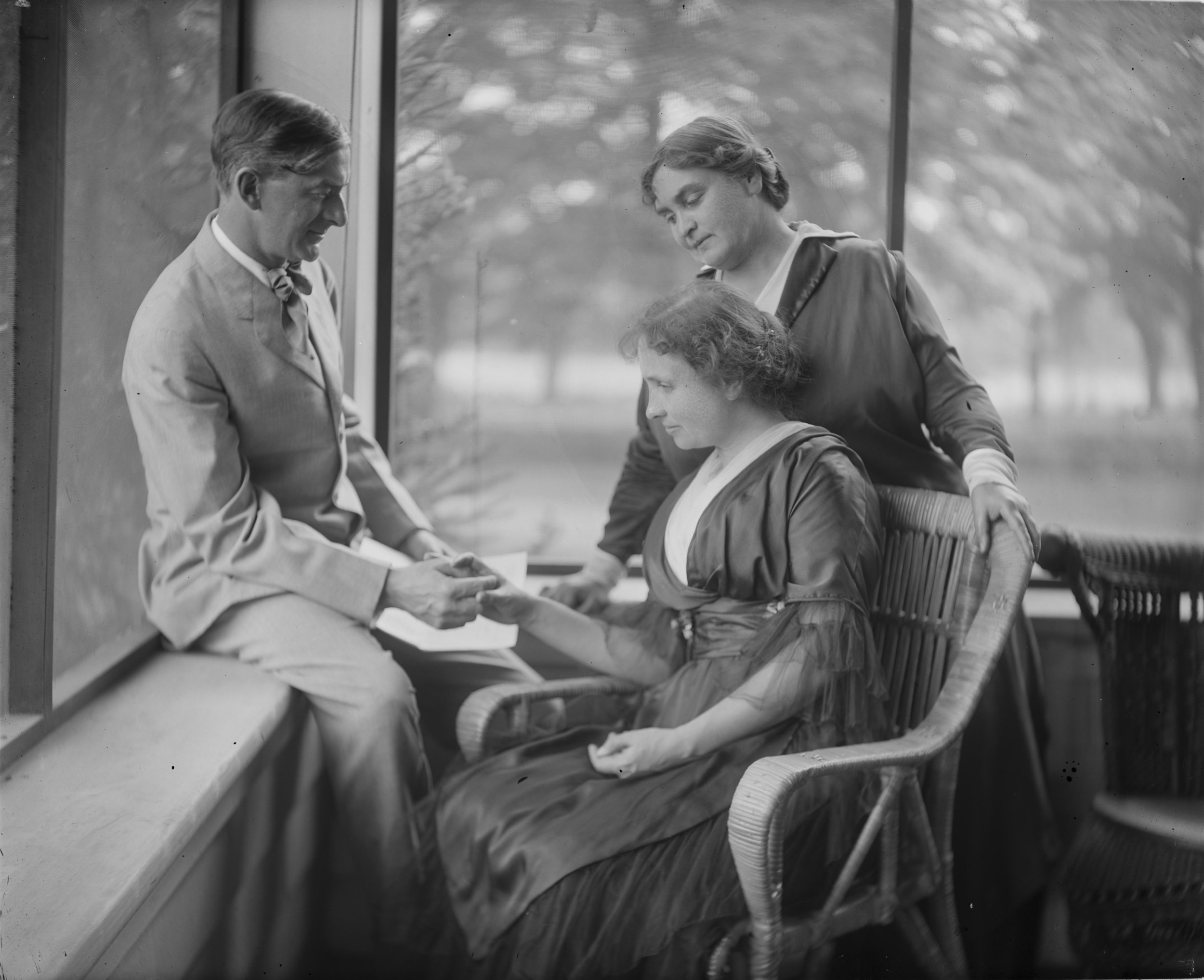 Portrait_of_Helen_Keller_with_Annie_Sullivan_Macy_and_John_Macy,_ca._1909-1919._(25736673310).jpg