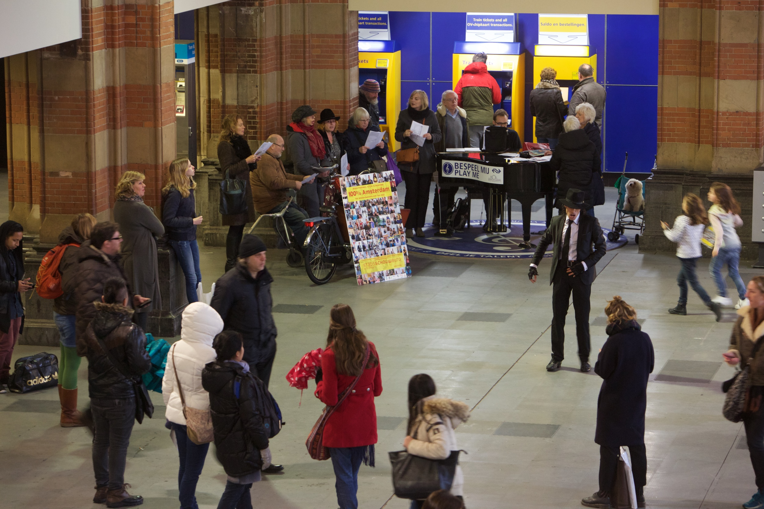 100% Amsterdam participants on 8 December at Amsterdam Central station. Photo ©Ernst van Deursen