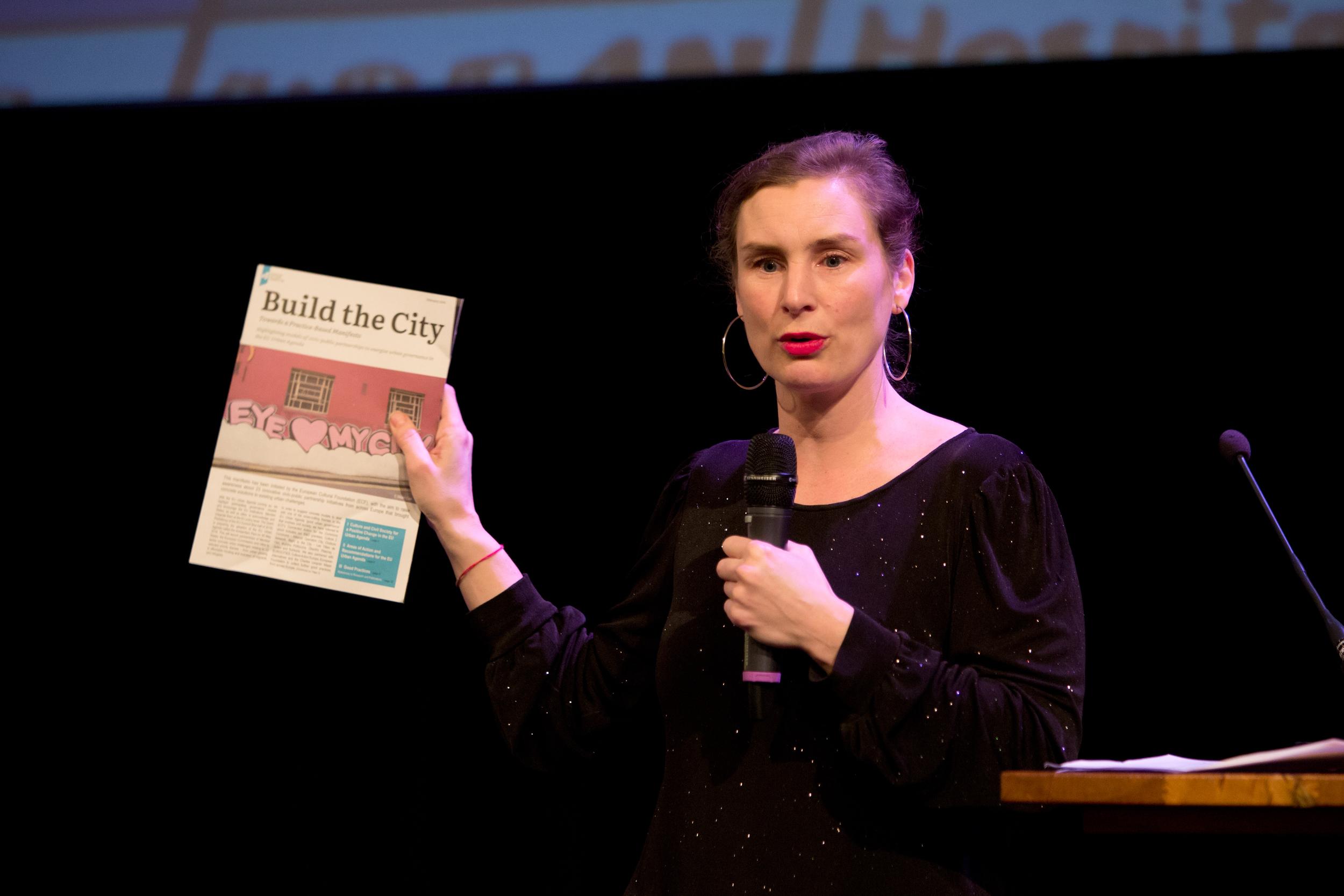 Moderator Natasja van den Berg holds the Build the City Manifesto.Photo by Maarten van Haaff.