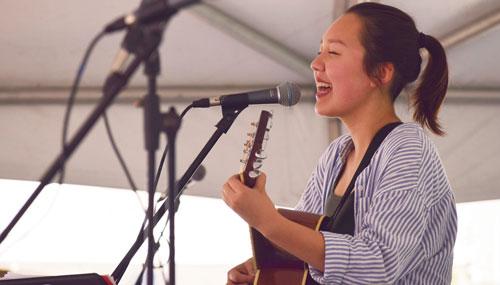 Kaye Hoff performing at the Ann Arbor Art Fair 2017