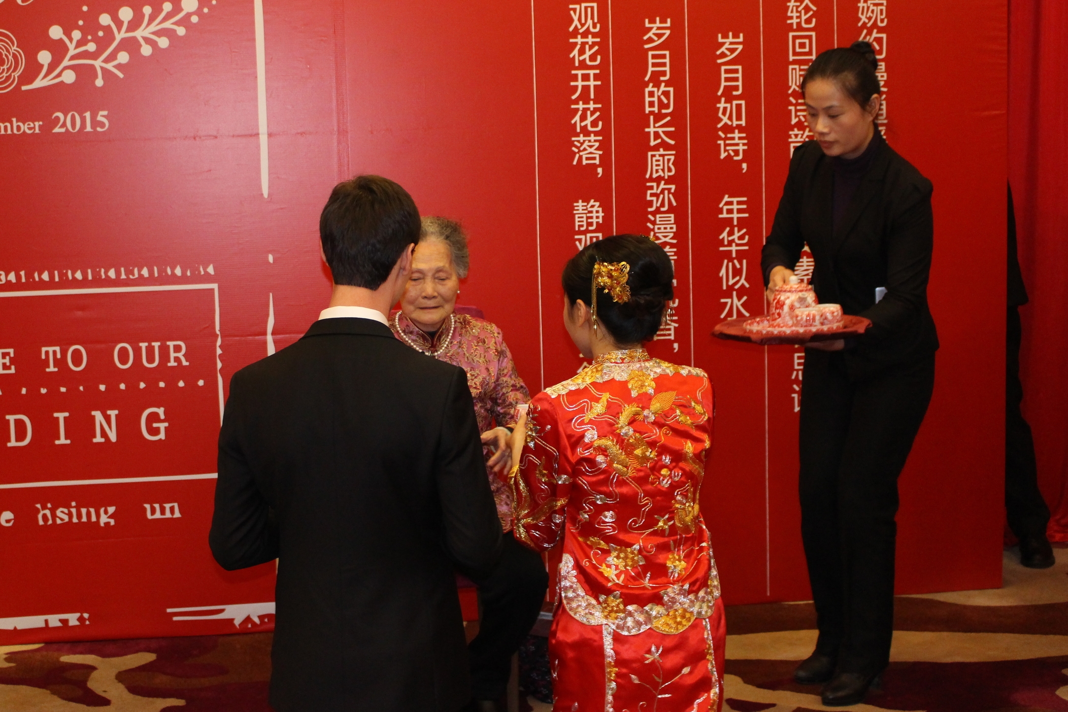 Before the reception began, Erik and Jenny had a traditional tea ceremony.