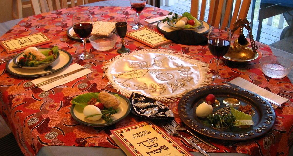 1200px-A_Seder_table_setting.jpg