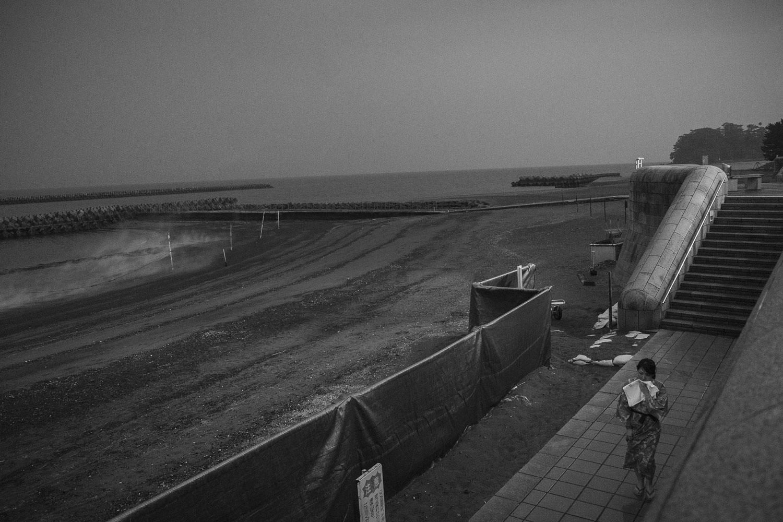 A sinistra, il vapore che si libera direttamente dalle sabbia bollenti di questa spiaggia.