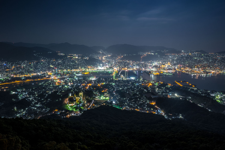 Vista di Nagasaki di notte.