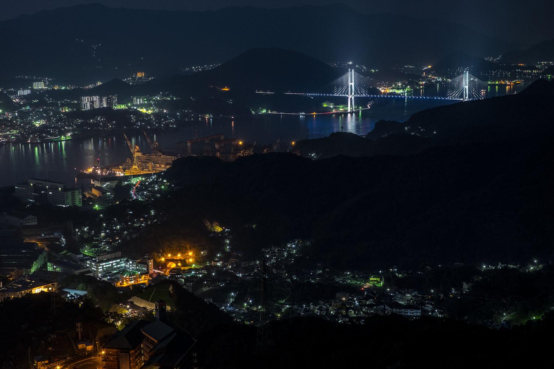 Vista del porto di notte.