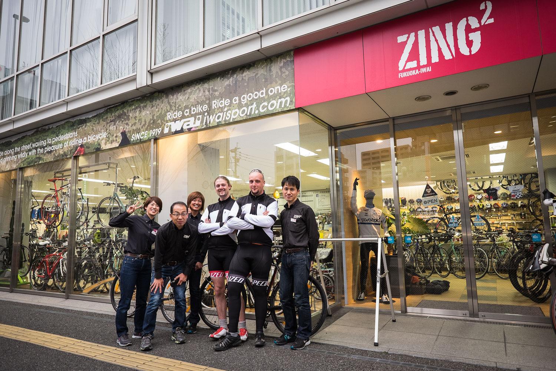 Noi e i ragazzi di Zing Zing davanti all'entrata del negozio.