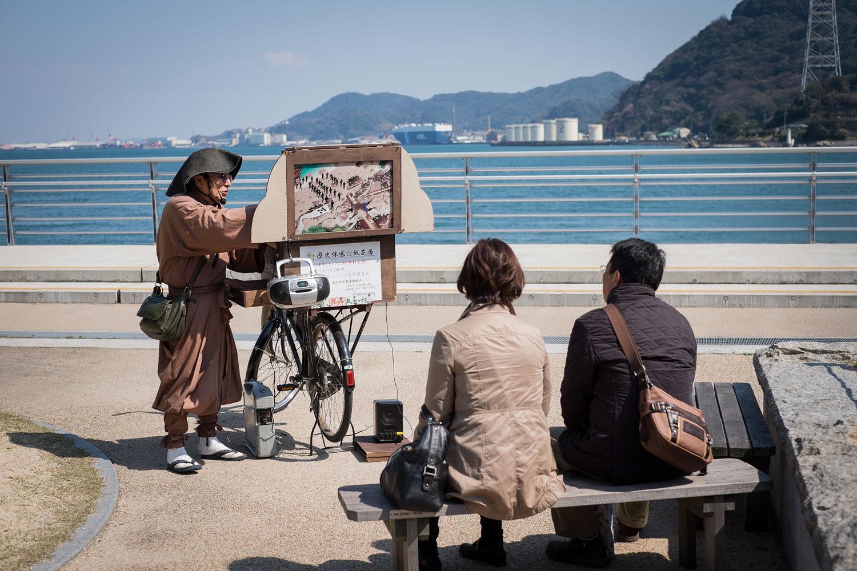 Un adorabile vecchietto racconta la storia di come il ponte sia stato costruito e perchè.