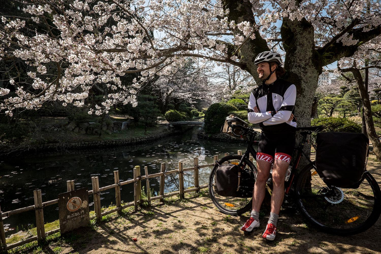 Sio sotto i ciliegi in fiore del parco di Dogo.