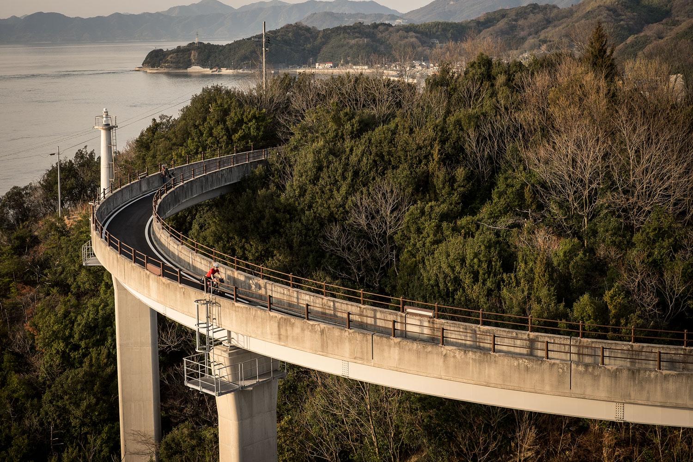 Sio che percorre una delle piste ciclabili sulla Shimanami Kaido
