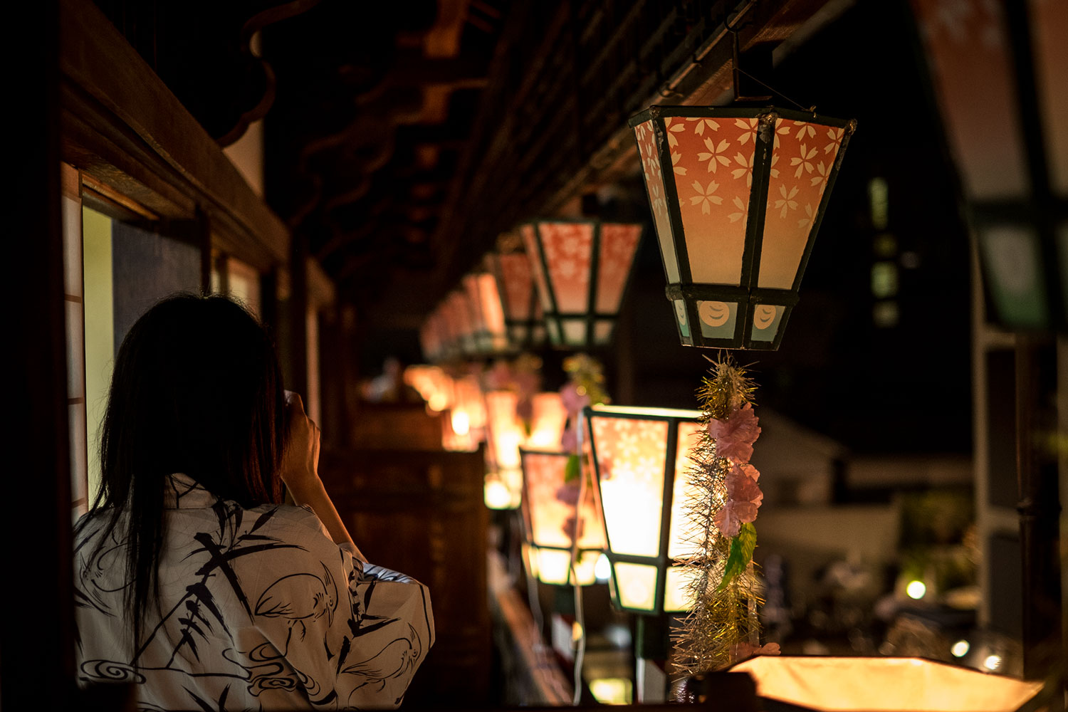 A customer in Yukata taking pictures of the terrace.