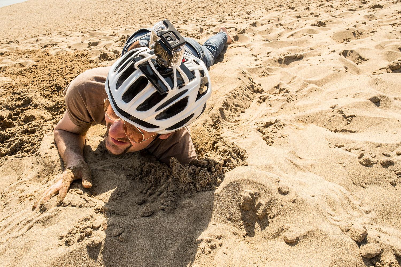 Sio che riscopre il piacere di scavare buchi nella sabbia.