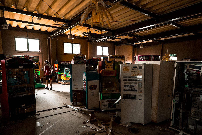Sio esploring an abandoned arcade