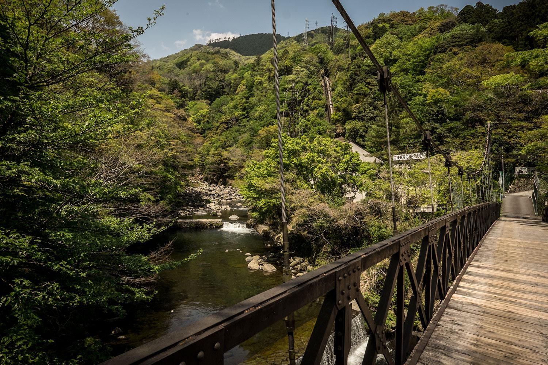 Un ponte di legno per attraversare il ruscello.