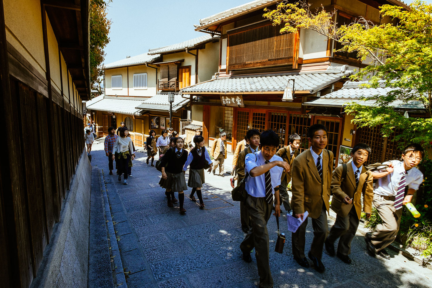 Students walking towards the Kyoumizudera
