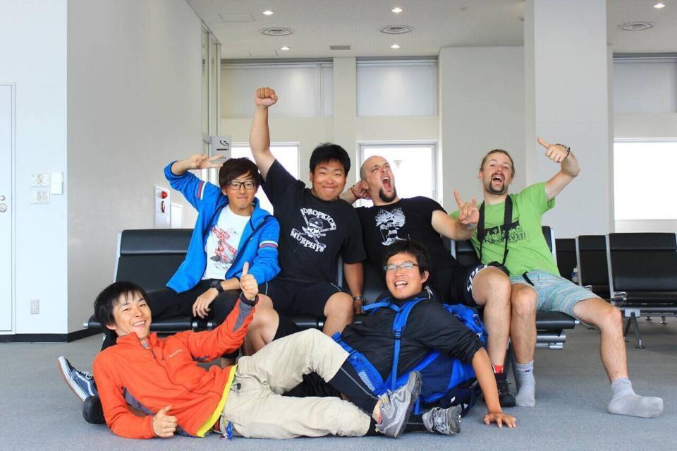 Noi tutti al terminal dei traghetti. (foto rubata dal facebook di Yuta, quello con la felpa blu)