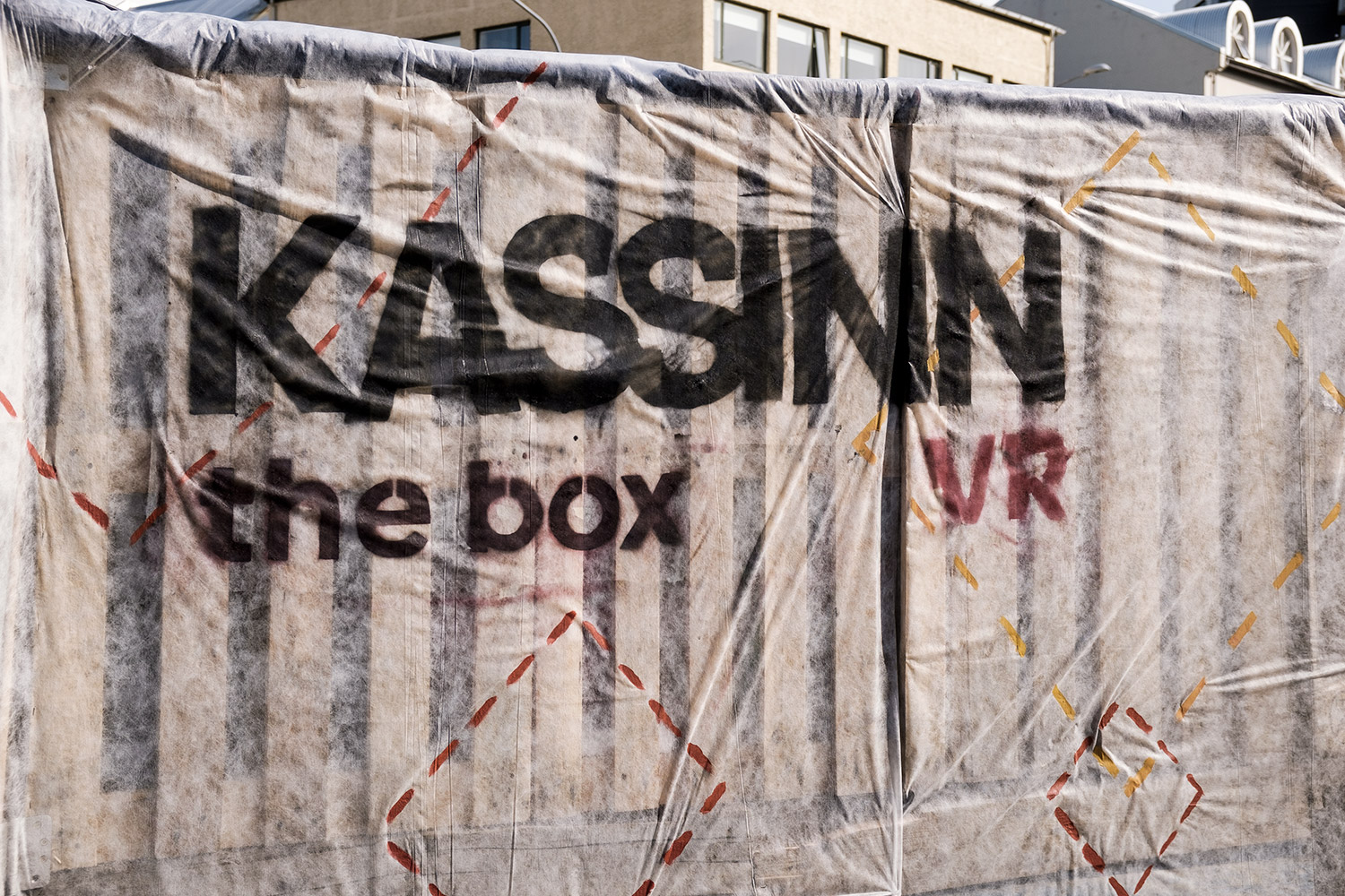 "THE BOX (""Kassinn"" è letteralmente ""la scatola"")"