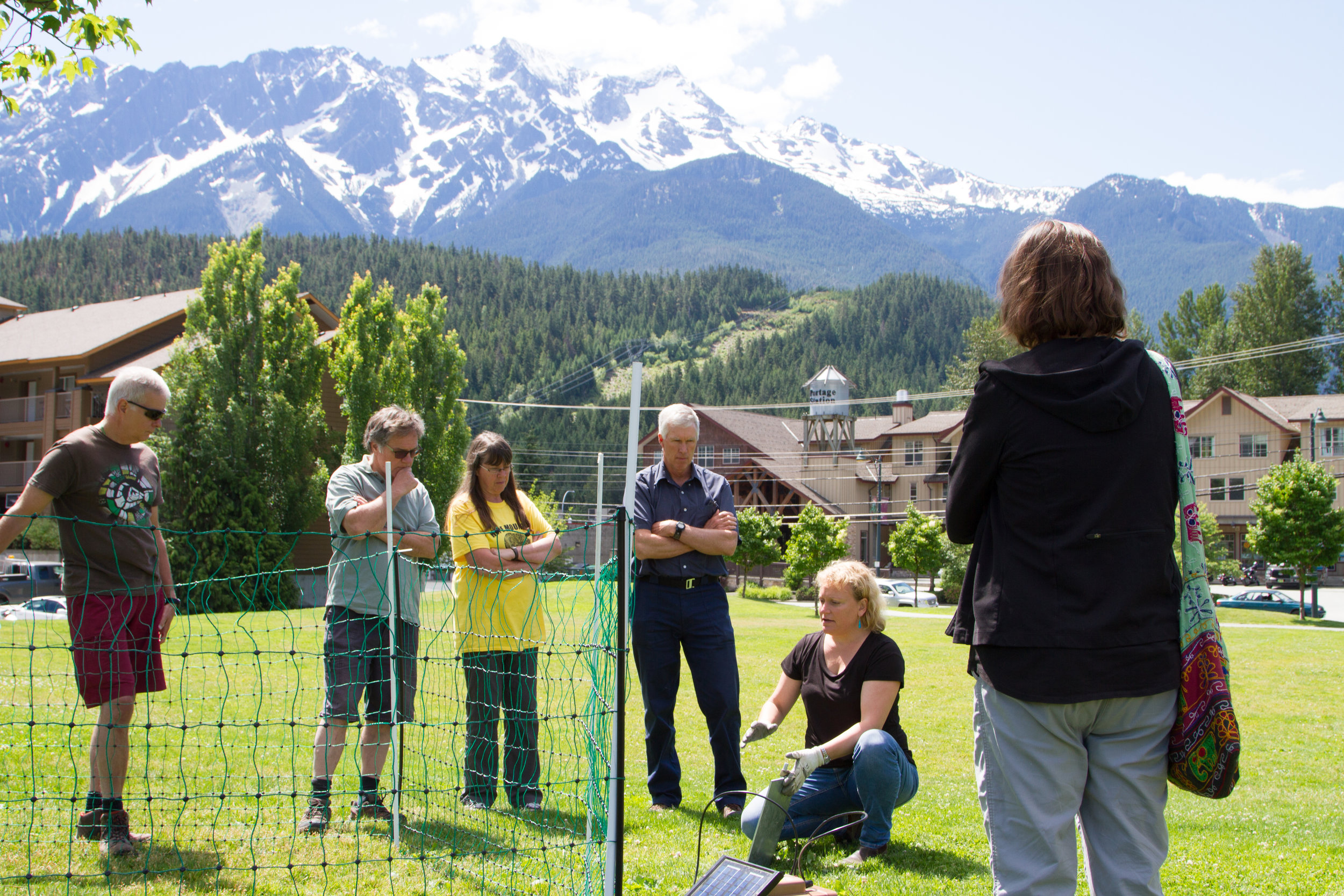 Gillian Sanders (Grizzly Bear Solutions) explains some of the technical elements to set up an electric fence. She is holding a grounding plate, which can be used in various types of climates and ground types.