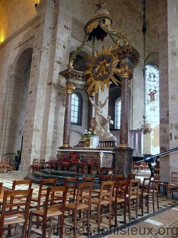 The main altar of the church of our lady of the assumption in alencon. note the small chapel behind the main altar, separated from the rest of the church by a curtain. an oral tradition suggests that the marriage of louis and zelie martin took place in that chapel.