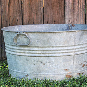 LARGE RUSTY GALVANIZED WASH TUB - $15    MORE DETAILS & PICS...