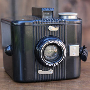 1938 KODAK SIX-20 BULL'S EYE - $10    MORE DETAILS & PICS...