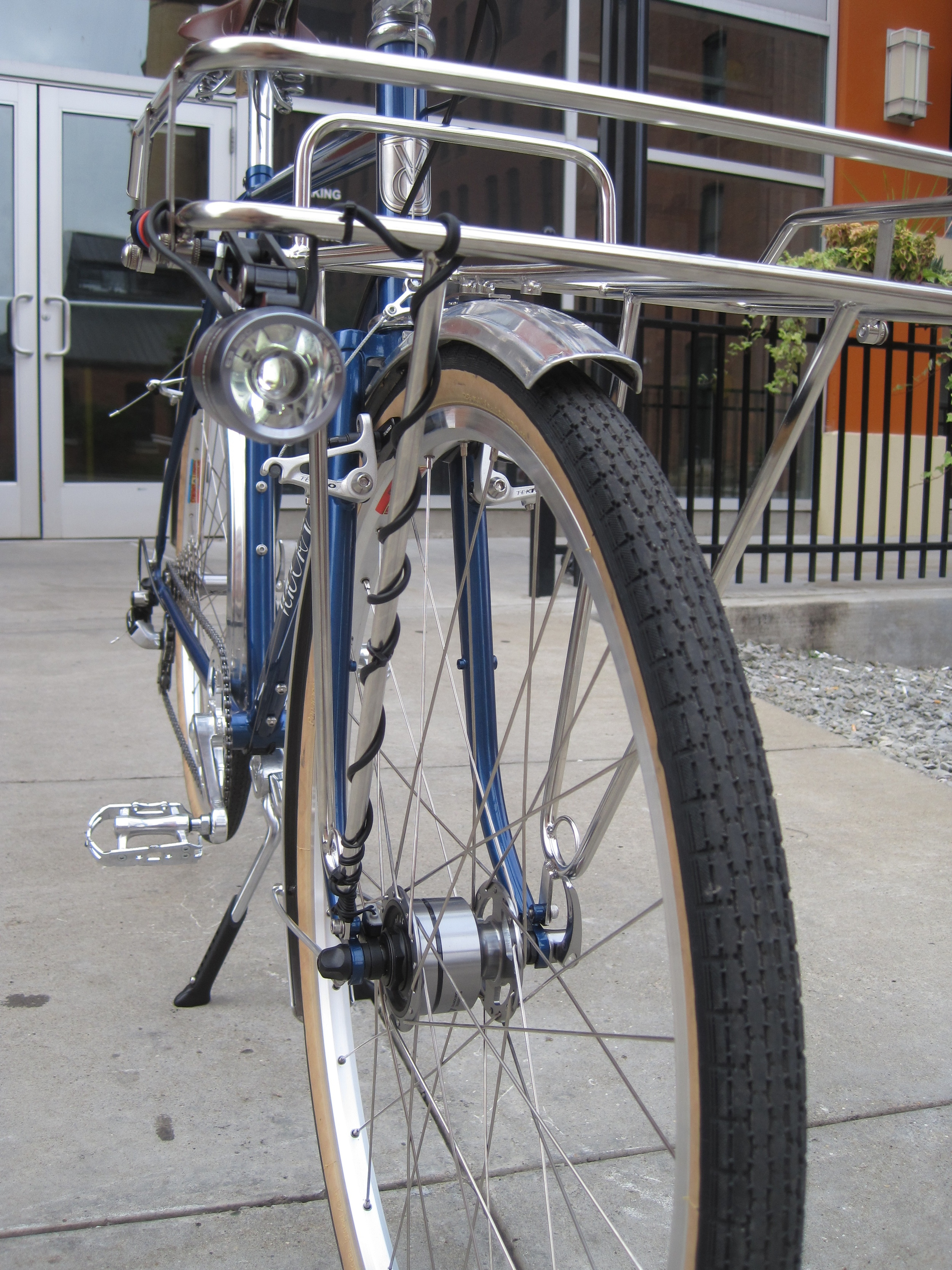 The front fender is affixed to the porteur rack for extra sturdiness.