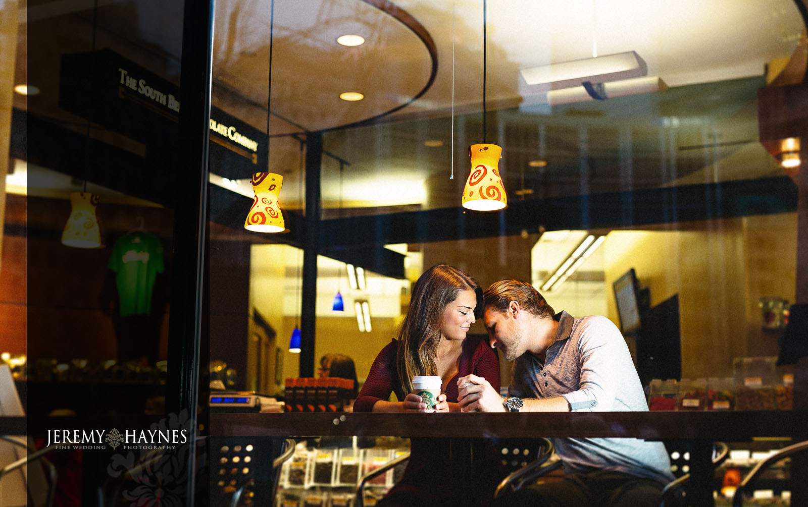 13-monument-circle-indianapolis-engagement-pictures-ideas.jpg