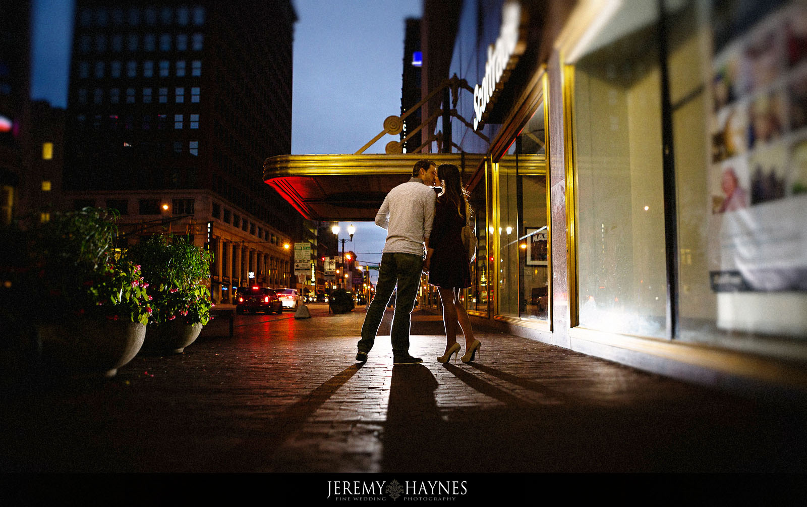 14-monument-circle-indianapolis-engagement-pictures-ideas.jpg