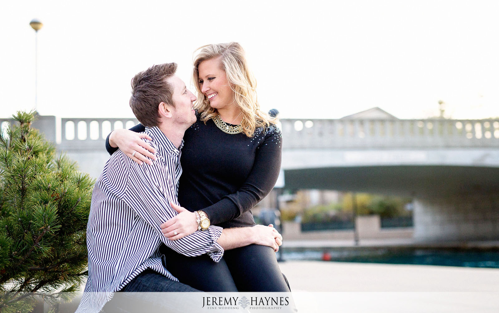 07-romantic-downtown-indiana-central-canal-indianapolis-engagement-photo-ideas.jpg