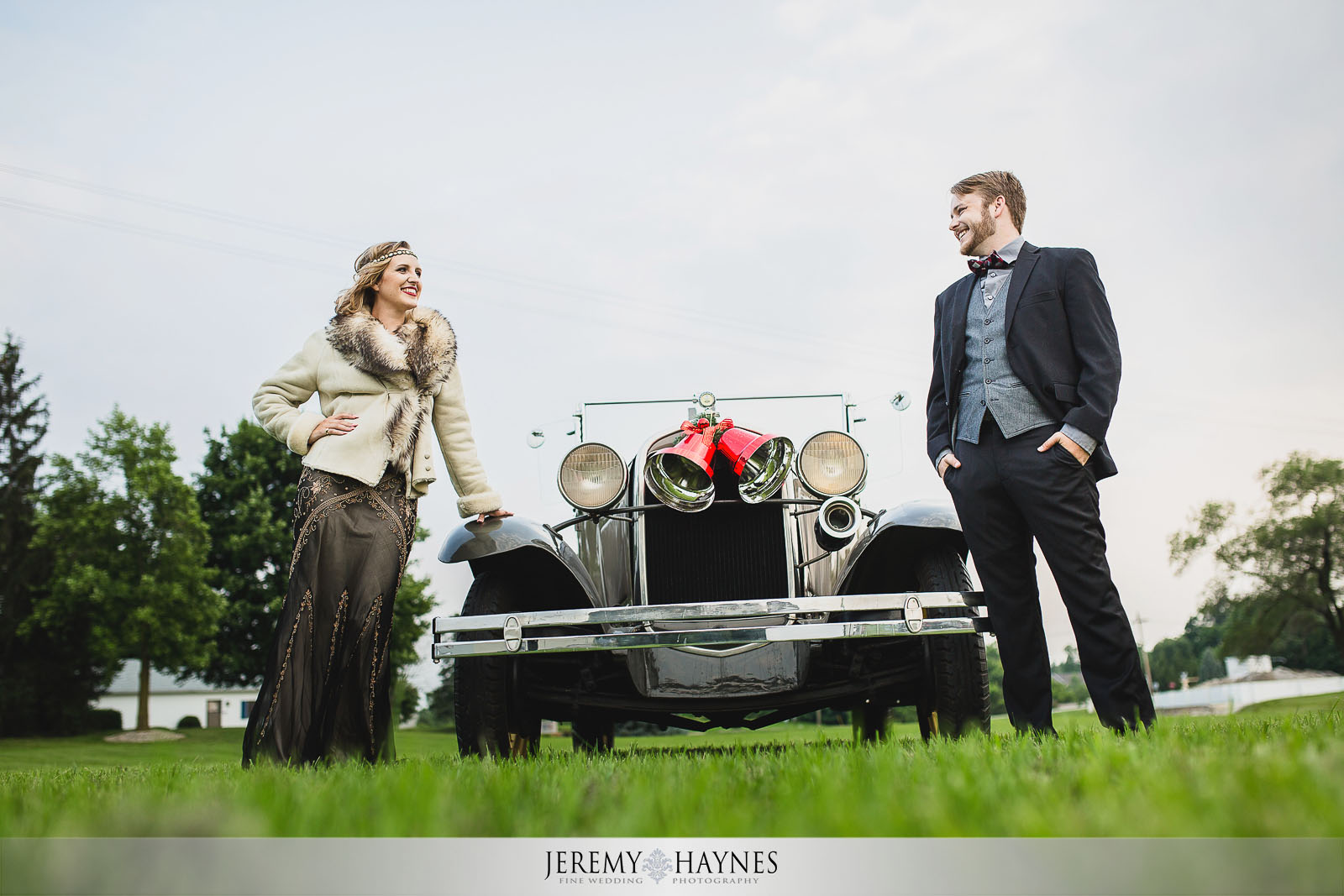 vintage-car-engagement-photos