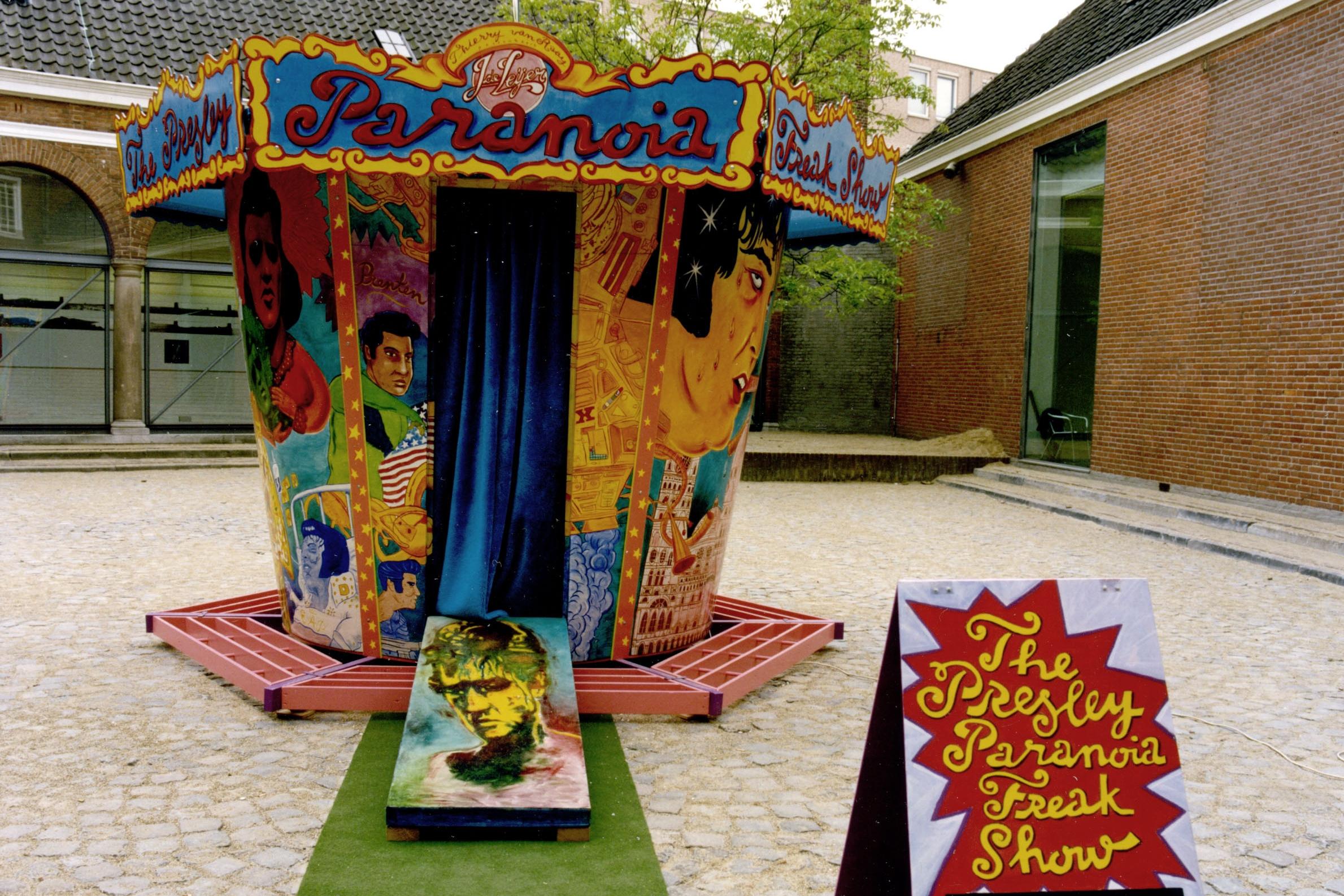 The Presley Paranoia Freak Show   Reizend prentenkabinet met grafiek door Jeroen de Leijer over het tragische leven van de Koning van de Rock & Roll. Was o.a. te zien op Lowlands, De Boulevard en De Parade. Met of zonder suppoost te boeken.