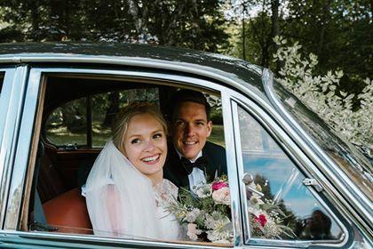 """Kjære Vakre Bryllup! Tusen, TUSEN takk for all hjelp vi fikk fra dere, både i forkant av og på selve bryllupsdagen. Profesjonelt fra start til slutt. Under planleggingen fikk vi så mange gode tips og ideer vi nok ikke hadde tenkt på selv, og nettopp disse løftet dagen et ekstra hakk. På selve dagen gikk """"alt av seg selv"""". Vi hadde ikke en eneste bekymring og trengte ikke tenke på noe annet enn å kose oss. Den beste dagen i våre liv. Anbefaler alle andre å bruke dere. Klem fra Elise og Eivind."""