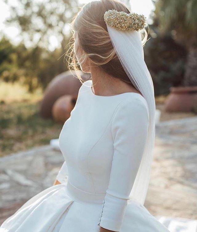 Dress and headpiece 🙌🏻🖤 📸: @kiwo_estudio  #weddingdressinspiration #headpiece  #bryllup #bryllupskjole #bryllupsplanlegger #weddingdress #wedding #weddingplanner