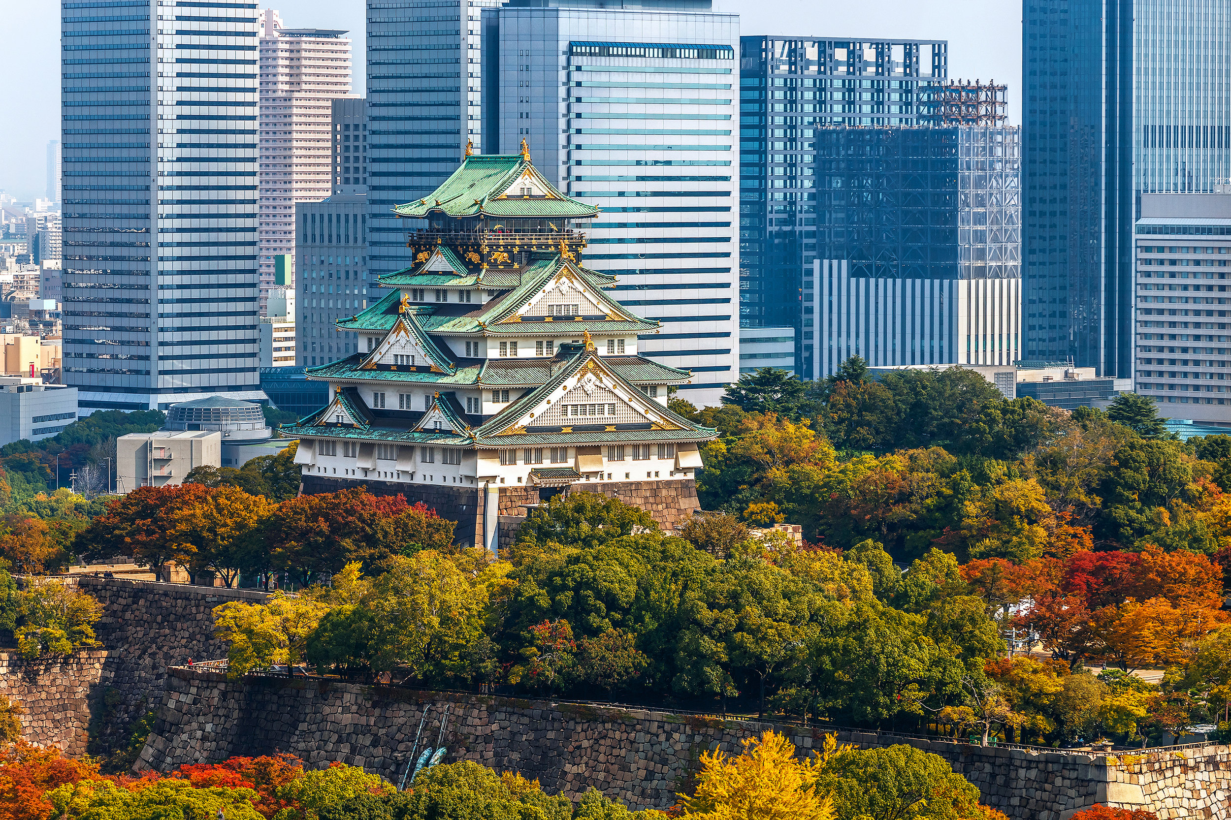 Osaka Castle seems like an anachronism surrounded by modern skyscrapers. It's a visual example of wa (Japanese) and yo (Western) coexisting in the same microverse that is Japan.