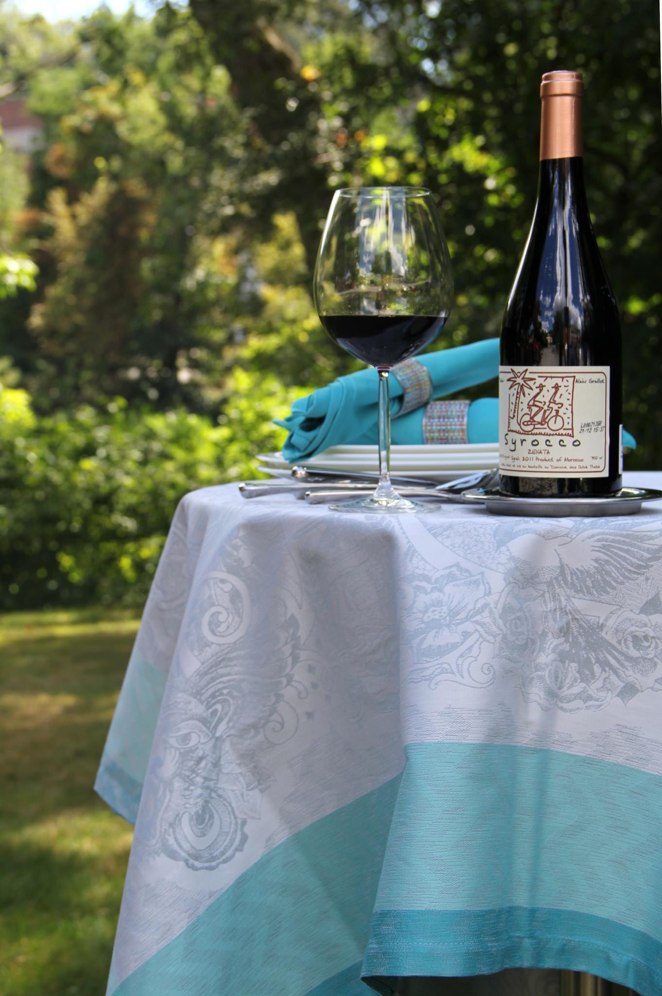 Schott Zwiesel Diva Living Burgundy glass , Garnier-Thiebaut Green Sweet tablecloth in  Mysterieuse Emeraude ,  Confettis napkins .