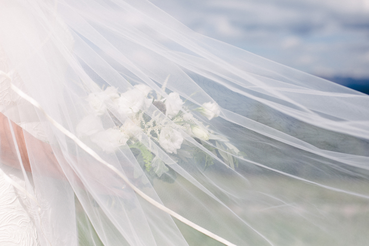 341-beaver-creek--bouquet--bridesmaid--white-flowers--mountain-top.jpg