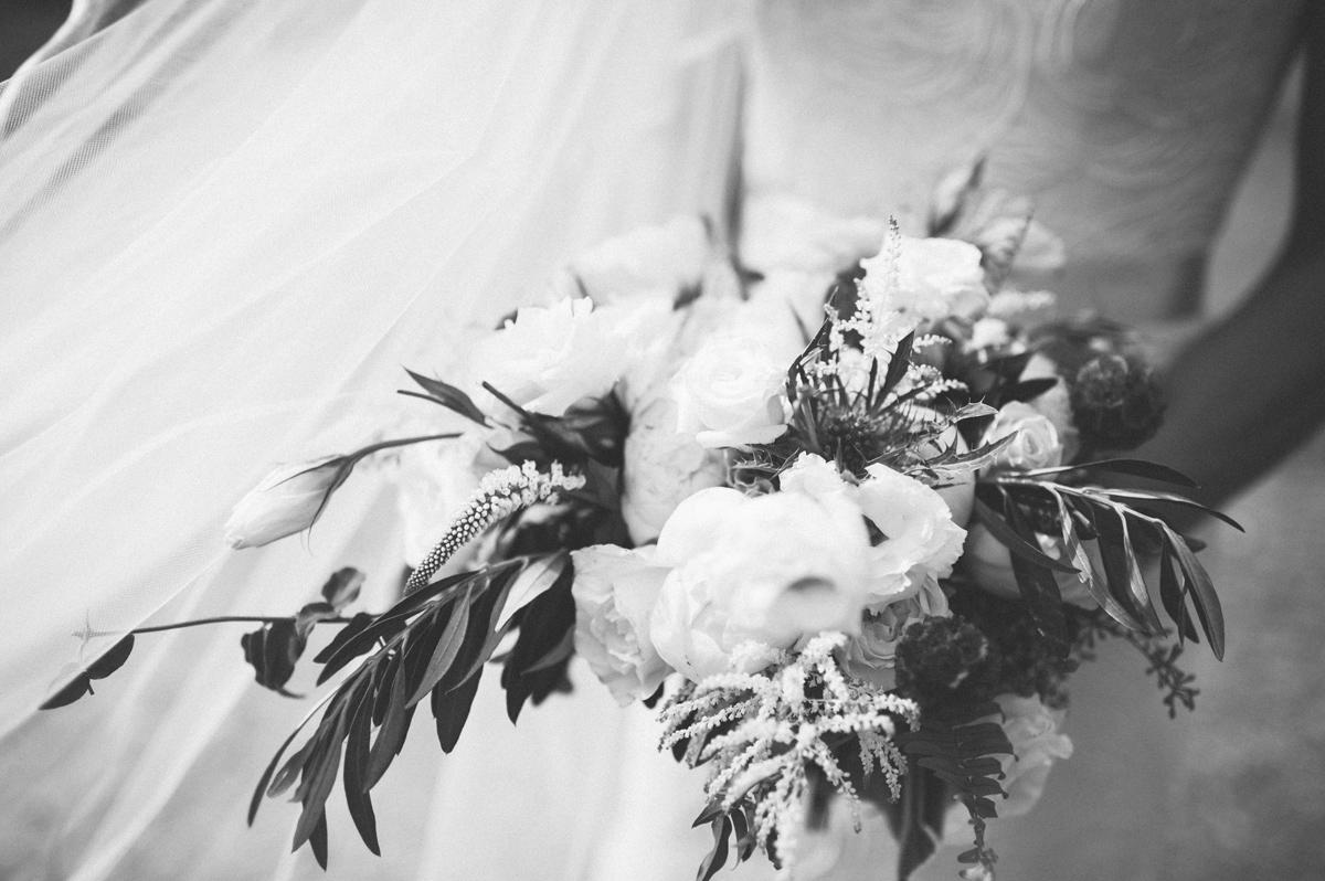 342-beaver-creek--bouquet--bridesmaid--white-flowers--black-and-white.jpg