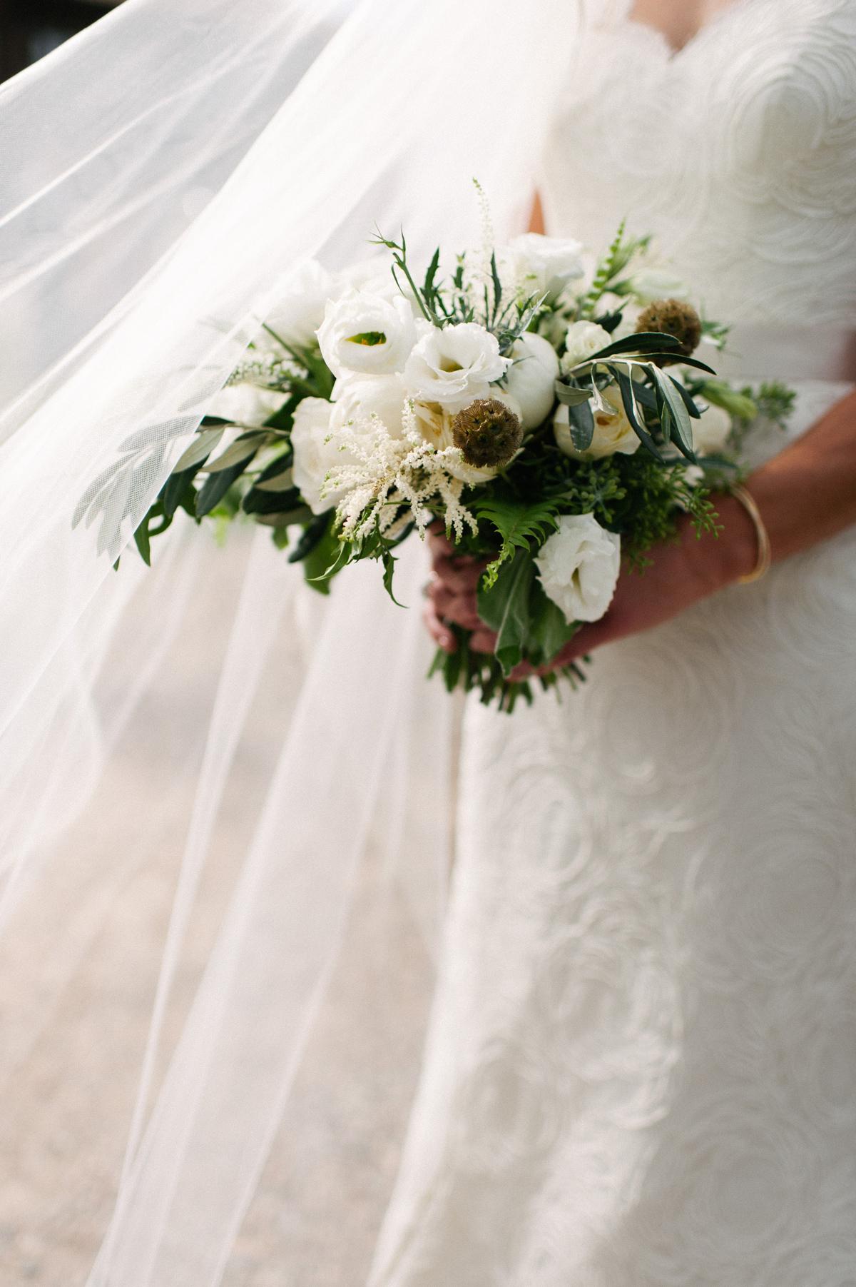 343-beaver-creek--bouquet--bridesmaid--white-flowers--mountain-top.jpg