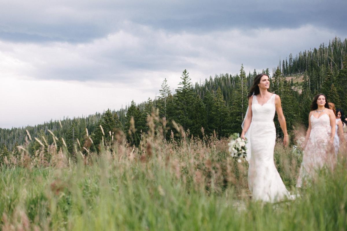 351-beaver-creek--bouquet--bridesmaid--white-flowers--mountain-top.jpg