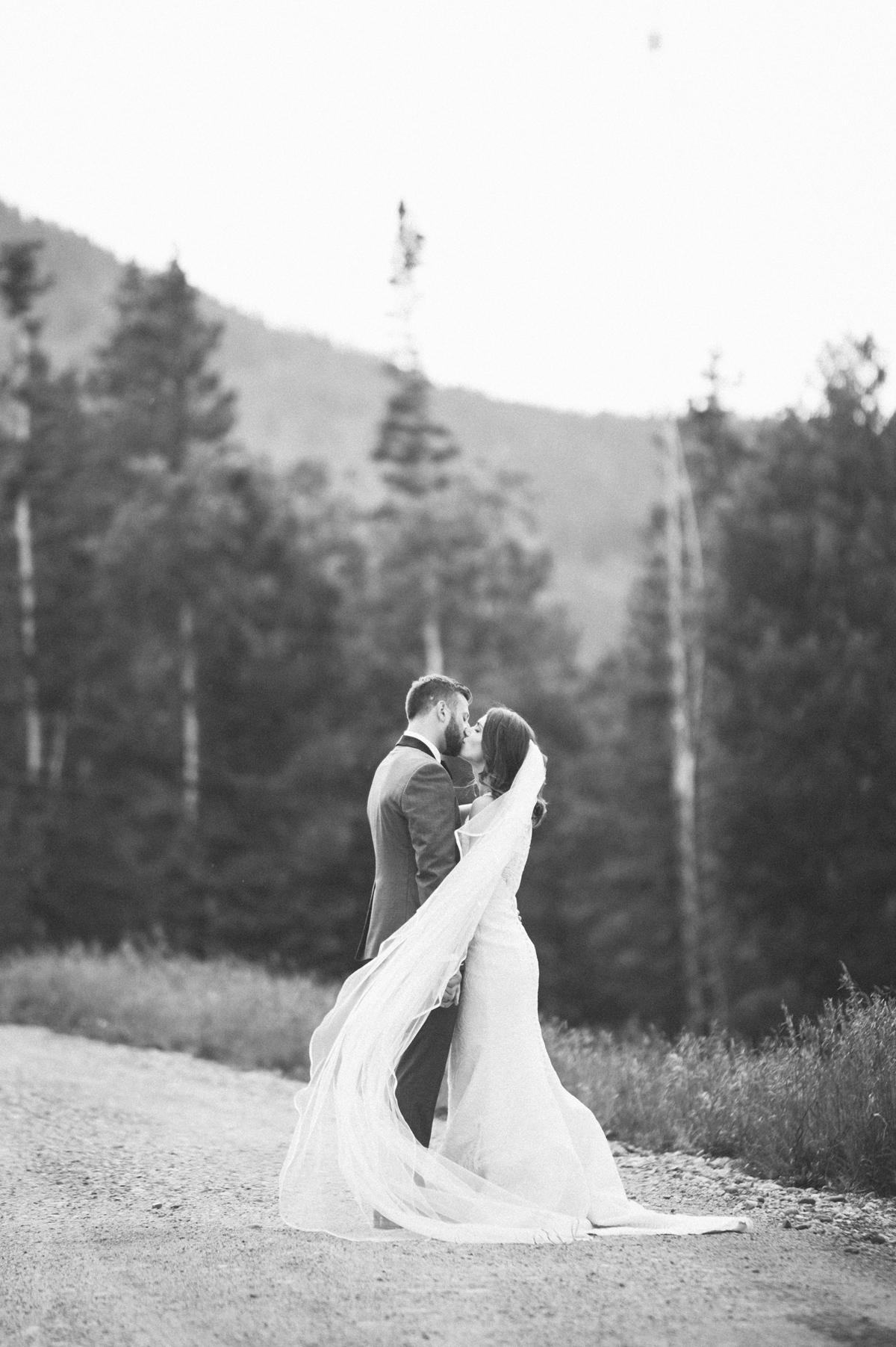 377-beaver-creek--couple--portrait--mountain-top--black-and-white--kiss.jpg