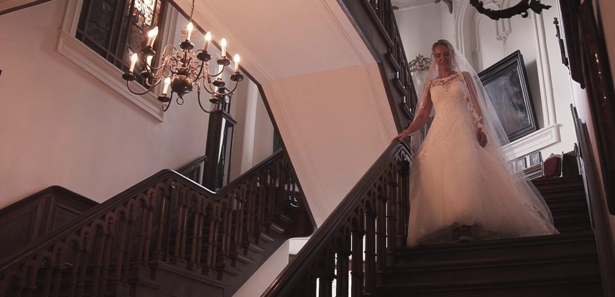 De trapscene: Donker, weinig ruimte en de bruid kijkt veel naar beneden i.p.v. naar haar aanstaande. Wat mij betreft erg zonde van het moment!