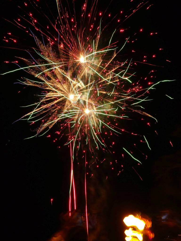 真上に打ちあがった新年の花火
