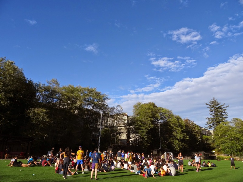↑広い芝生のグランドで、スポーツ大会前に集合している様子 これでも「夜の」アクティビティ!!