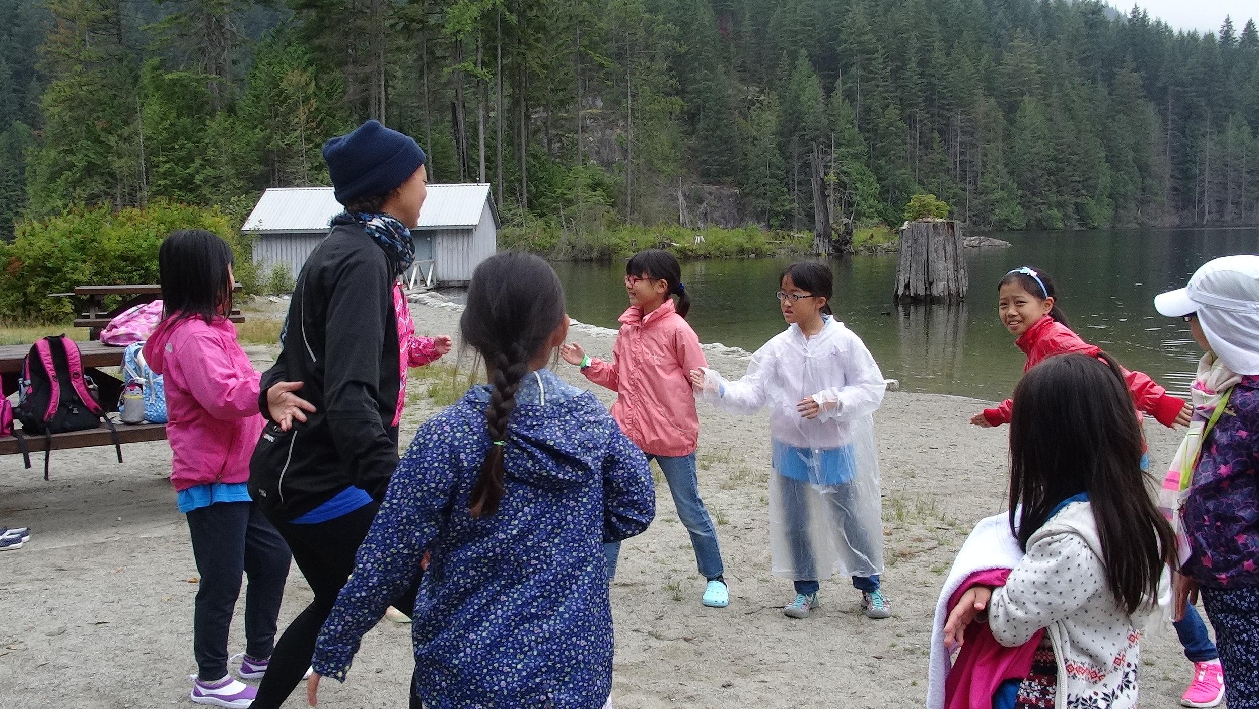 カヤックに乗るのを待つ間はグループでゲームをして遊びます