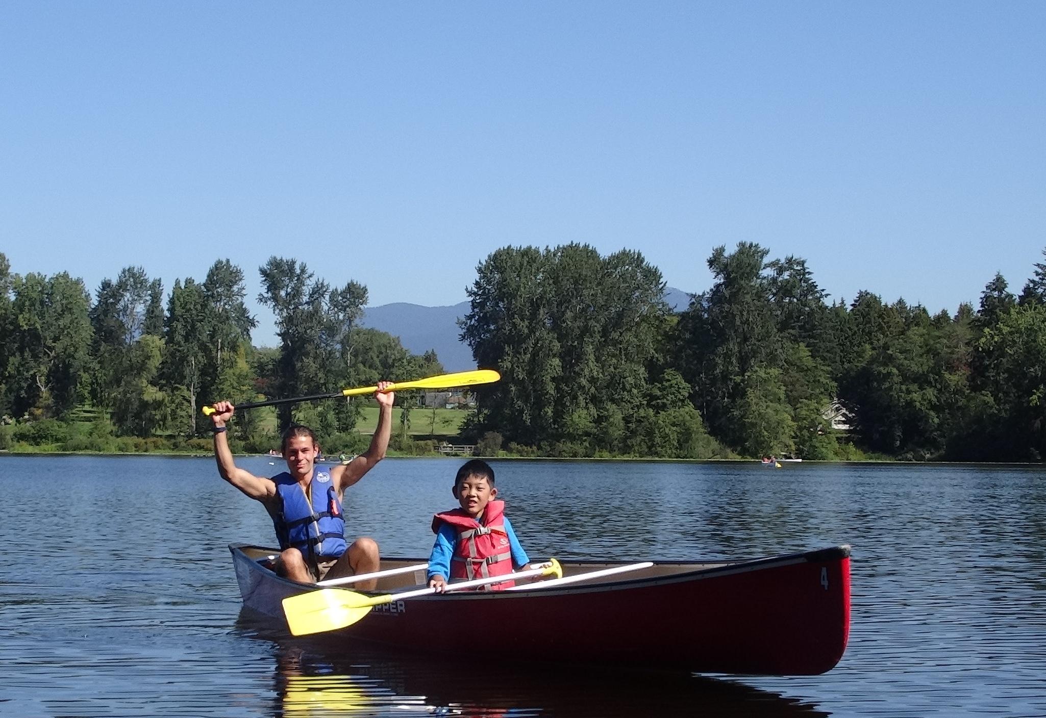 カヤックは学校の近くの湖で!